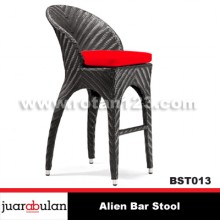 Alien Bar Stool Kursi  Bar Rotan Sintetis